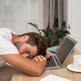 Крупным планом взрослый мужчина устал от работы