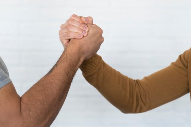 手を繋いでいるクローズアップの成人男性
