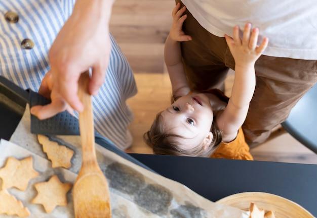 クローズアップの大人とキッチンの子供