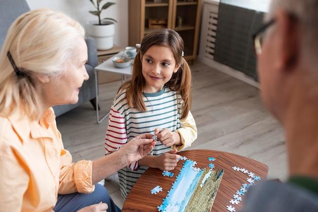 어른과 아이를 퍼즐로 닫습니다.