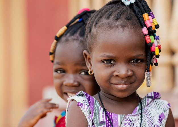 一緒にアフリカの女の子をクローズアップ