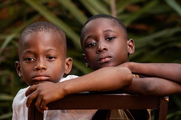 屋外のアフリカの子供たちのクローズアップ