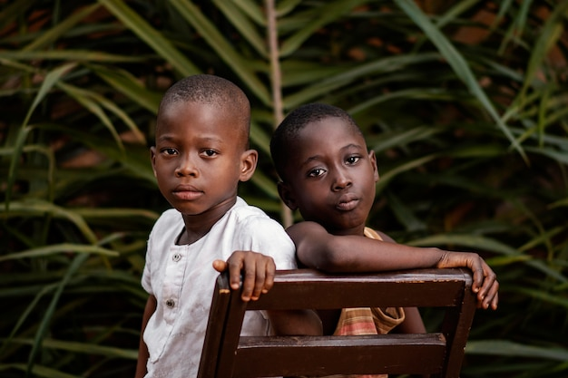 一緒にポーズをとるクローズアップアフリカの子供たち