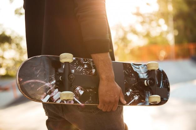 Primo piano di un uomo africano skateboarder