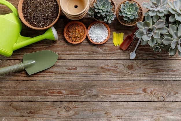 木製のテーブルの上の農業機械を閉じます。