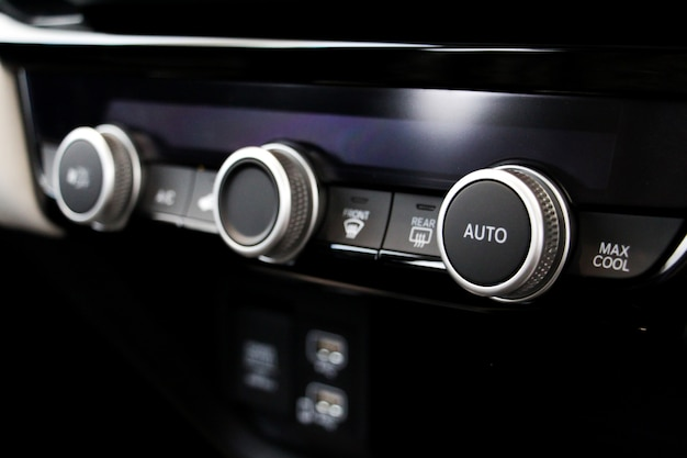 車のエアコンボタンを閉じます。快適な車や車のコンセプトのシステム。