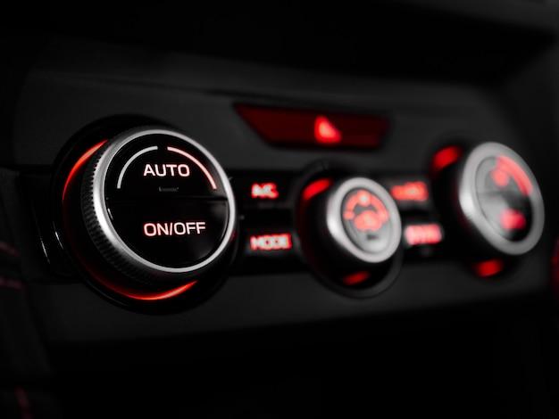 クローズアップエアコンインテリアモダンな車とサロン機器のヒーターコントロール