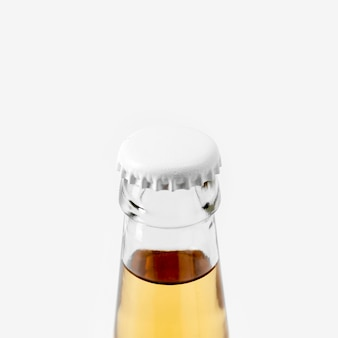 ブランクキャップ付きのクローズアップアルコール飲料ボトル