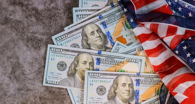 アメリカ国旗のアメリカのドルのお金を閉じます。