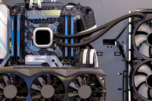 Крупным планом и внутри настольного пк игровой и водоохлаждающий процессор, интерьер на корпусе компьютера и технологический фон