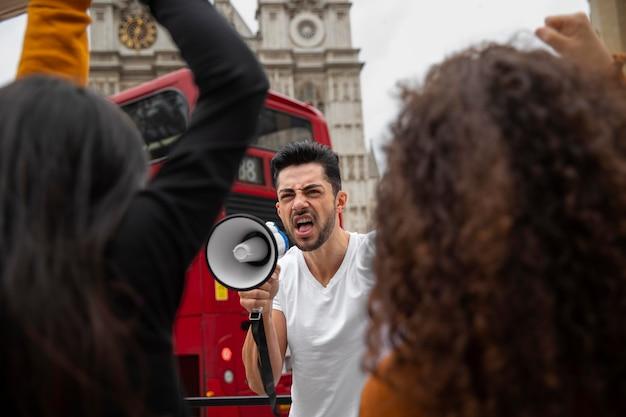 抗議で怒っている人をクローズアップ