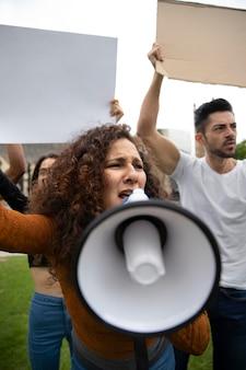 抗議で怒っている人々をクローズアップ
