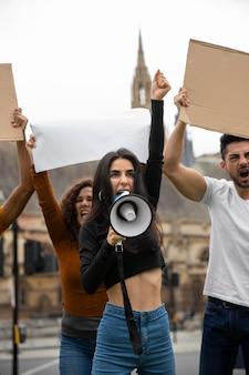 革命で怒っている人々をクローズアップ