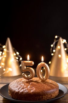Крупным планом юбилейный торт на столе