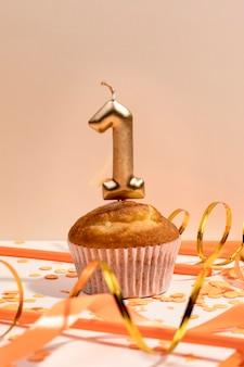 テーブルの上のクローズアップ周年記念カップケーキ
