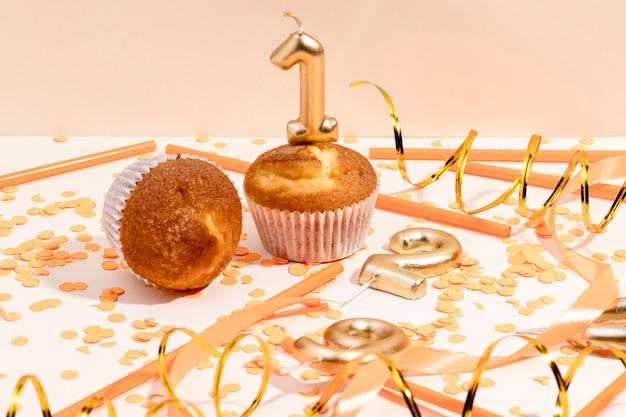 Крупным планом юбилейный кекс на столе