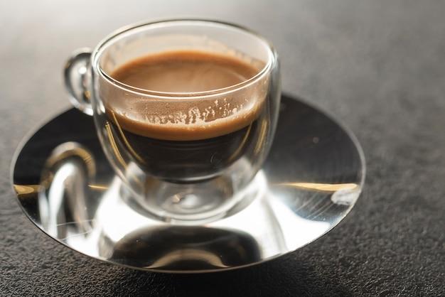 Caffè aromatico del primo piano sul piatto