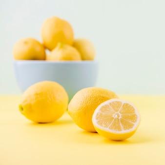 有機レモンのクローズアップの配置