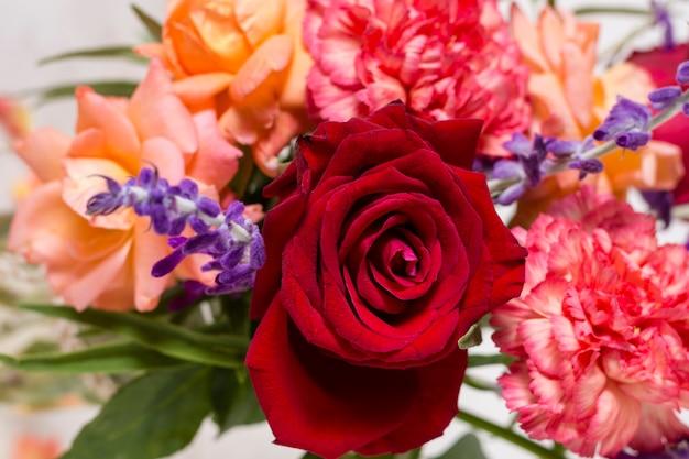 Композиция из красивых роз крупным планом