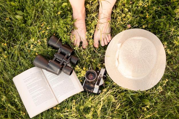 Композиция крупным планом с камерой на траве