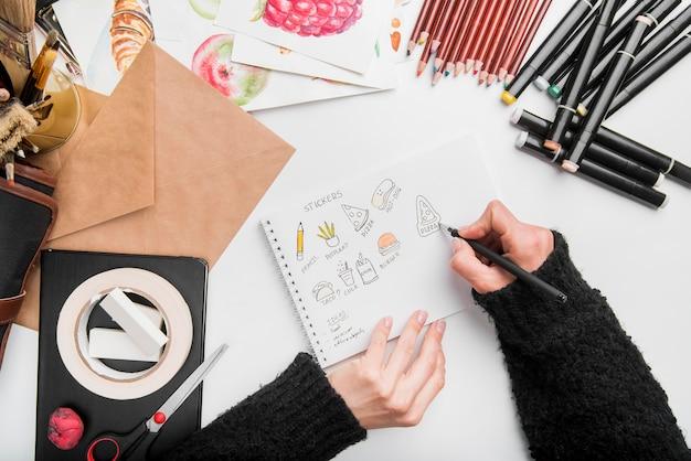 Concetto dello scrittorio di arte del primo piano con il disegno