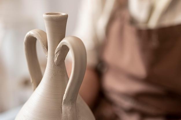 Primo piano artista e vaso di argilla