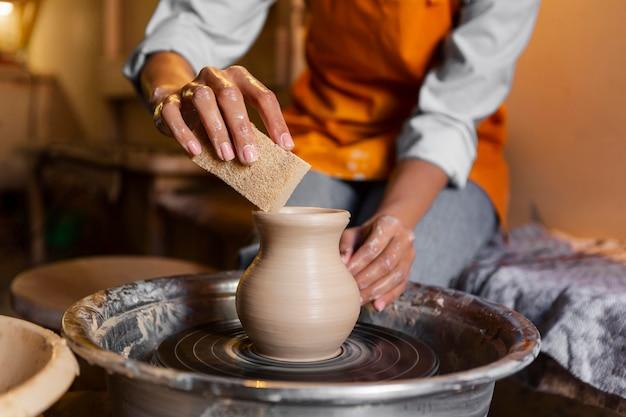 Художник делает керамику крупным планом