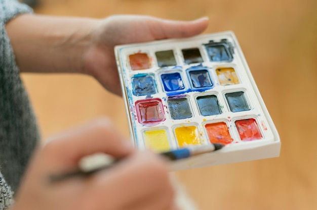 Artista del primo piano che tiene tavolozza dei colori