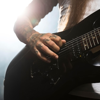 ギターを弾くクローズアップアーティスト