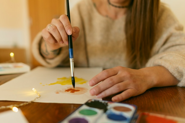 Художник крупным планом с помощью кисти на бумаге