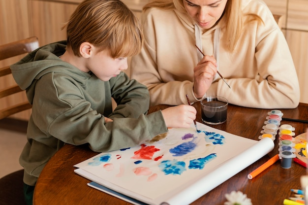 屋内で絵を描くクローズアップアーティスト