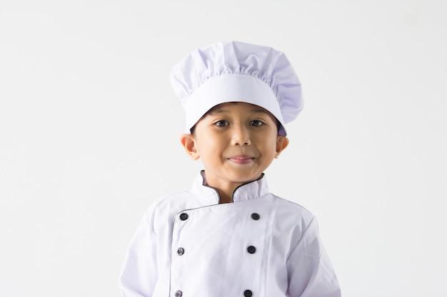 요리사 유니폼을 입고 아시아 소년을 닫습니다 프리미엄 사진