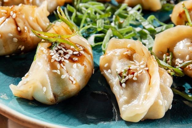ハーブとアジア料理のクローズアップ