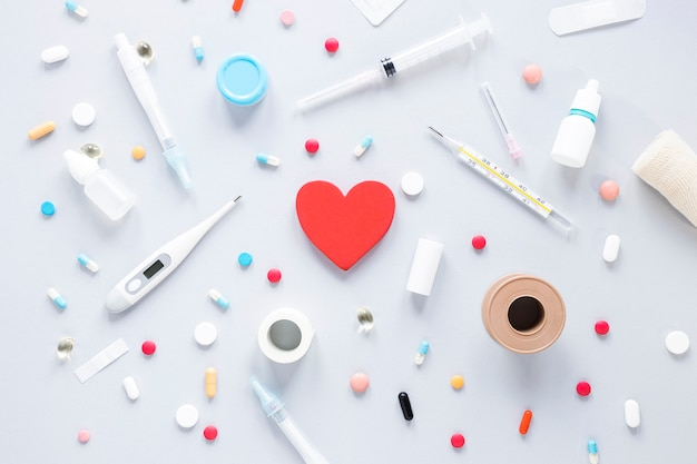Крупный план таблеток с термометром