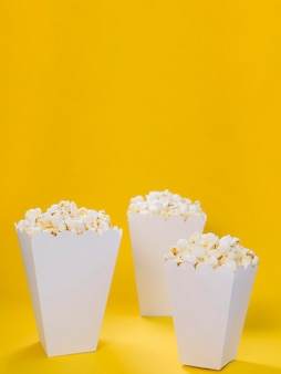 Assortimento di close-up di scatole di popcorn