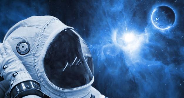 Закройте космонавта, путешествующего по вселенной галактики. элементы этого изображения предоставлены наса