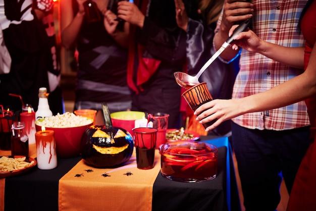 飲み物と一緒にハロウィーンパーティーテーブルでクローズアップ