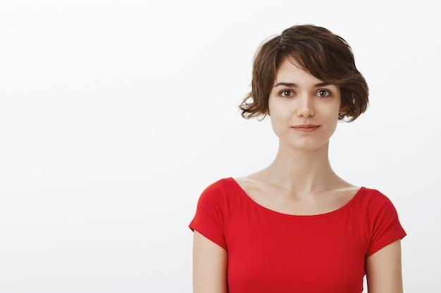 Primo piano della donna sorridente attraente con i capelli corti