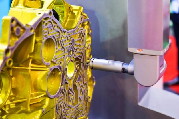 作業中の高精度部品の検査のために自動座標測定機(cmm)をクローズアップ
