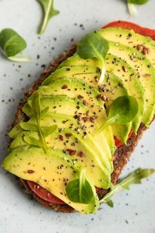 Close-up di avocado toast sulla piastra Foto Gratuite