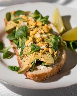 Close-up di avocado toast sulla piastra
