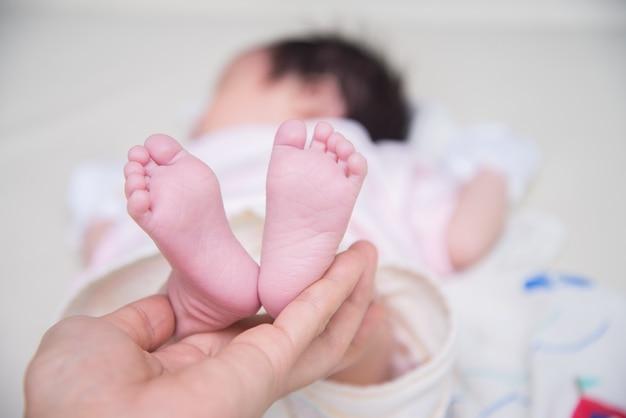 Крупным планом детские ножки новорожденного