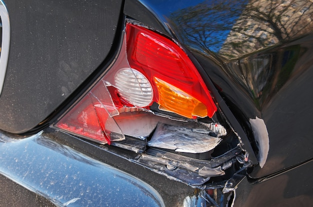 충돌 후 자동차의 근접 촬영입니다. 추락 한 자동차는 수리를 위해 차고로 이동하고 자동차 보험 청구를 위해 손실 조정자에게 전화하는 데 도움이 필요합니다.