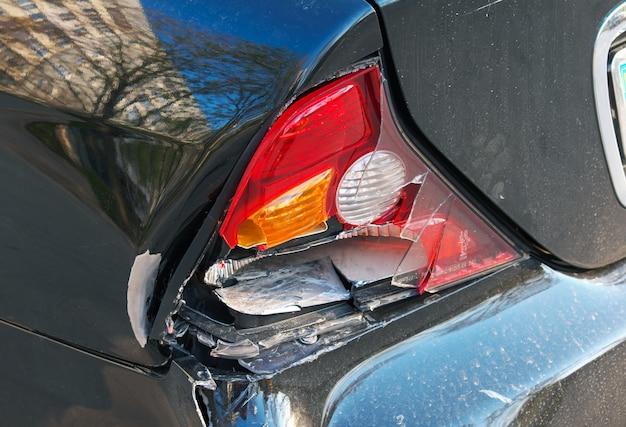 충돌 후 자동차의 클로즈업 후면입니다. 충돌한 자동차는 수리를 위해 차고로 이동하고 자동차 보험 청구를 위해 손실 조정자에게 전화하는 데 도움이 필요합니다.