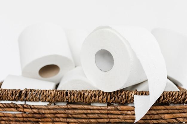Backet primo piano con rotoli di carta igienica