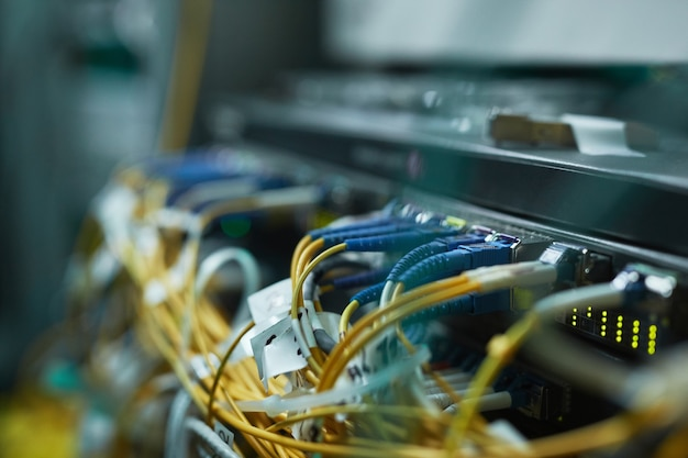 슈퍼컴퓨터 또는 데이터 센터의 서버 캐비닛에 있는 블레이드 서버의 배경 이미지 닫기, 공간 복사