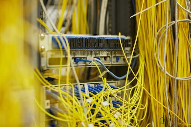 Закройте фоновое изображение серверной комнаты с интернет-кабелями и проводами, скопируйте пространство