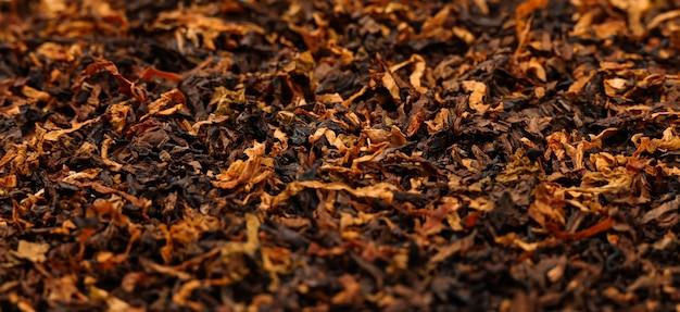 Крупным планом фон готовой протертой смеси длинного грубого трубочного табака, высокий угол обзора
