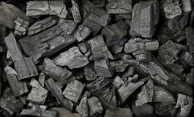 바로 위에 많은 검은 덩어리 숯의 배경 질감, 높은 평면도를 닫습니다.