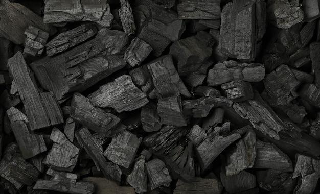 바베큐 그릴을 위해 준비된 많은 검은색 덩어리 숯 조각의 배경 질감을 닫고 바로 위에 있는 위쪽 전망